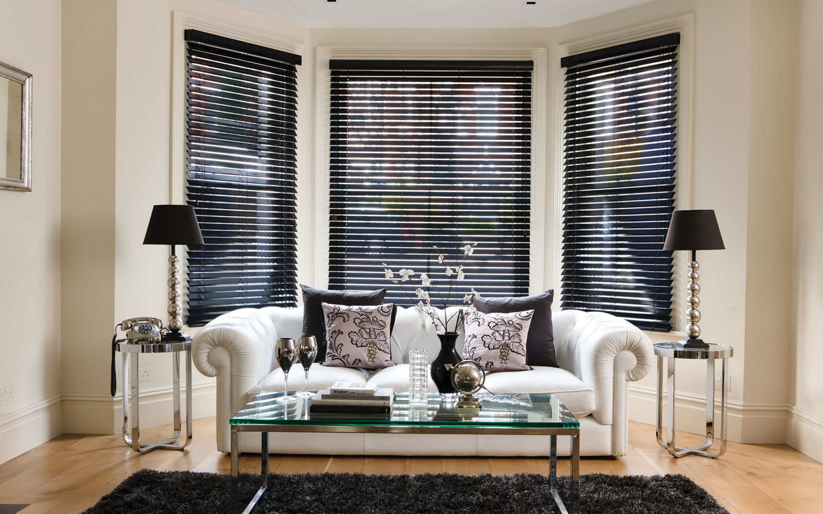 Wooden venetian blinds shadefit for Living room window treatments